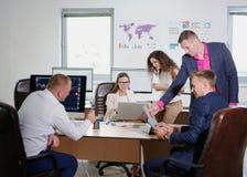 年轻办公室工作者在他们的一个新的项目的办公室工作 免版税图库摄影