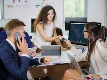 年轻办公室工作者在他们的一个新的项目的办公室工作 库存照片
