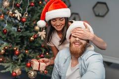 年轻加上圣诞节礼物 免版税库存照片