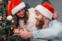 年轻加上圣诞节礼物 图库摄影
