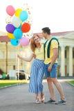 年轻加上户外五颜六色的气球 库存图片