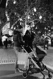 年轻加上敬佩圣诞节illuminat的摇篮车婴儿推车 库存照片