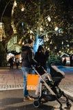 年轻加上敬佩圣诞节illuminat的摇篮车婴儿推车 免版税库存照片