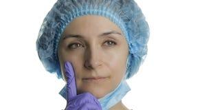 年轻医生认为 搜寻一种正确的解答的成年女性医护人员 图库摄影