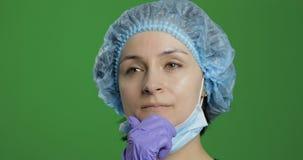 年轻医生认为 搜寻一种正确的解答的成年女性医护人员 免版税库存图片