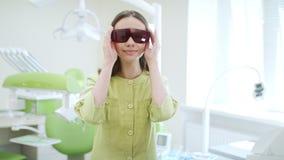 年轻医生选矿牙齿防护玻璃在牙医办公室 股票录像