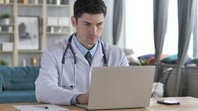 年轻医生Working On Laptop