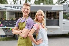 年轻卖主愉快的夫妇食物卡车的 库存照片