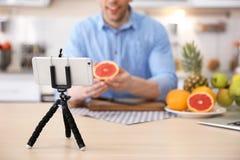 年轻博客作者用记录录影的果子 库存照片