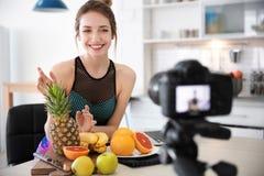 年轻博客作者用记录录影的果子 免版税库存图片