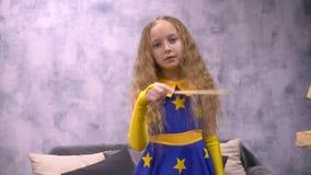 年轻占星师女孩用不可思议的棍子 股票录像