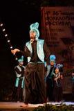 年轻印地安人跳舞在民间传说节日阶段 免版税库存照片