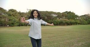 年轻可爱的亚裔妇女画象激动愉快的在夏天公园 股票视频