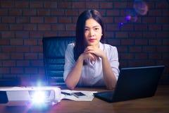 年轻可爱的亚裔行政赞成妇女观看的介绍 免版税库存照片