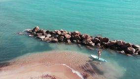 年轻可爱的人冲浪 冲浪板的嬉戏白种人男孩 男孩冲浪在海滨 沙滩鸟瞰图与 影视素材