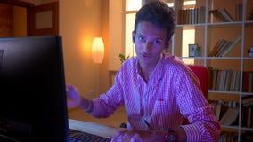 年轻可爱的印度男性博客作者特写镜头射击震动的使用膝上型计算机情感地谈话在照相机和 影视素材