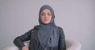 年轻可爱的回教女实业家特写镜头画象看照相机的hijab的在绝尘室户内 股票录像