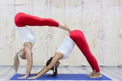 年轻可爱的女孩做瑜伽 梦想和放松 Seriya 免版税库存图片