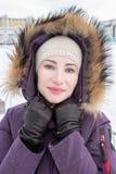年轻可爱的妇女冬天画象  免版税库存照片