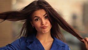 年轻可爱的妇女画象有滑稽的面孔的 股票视频