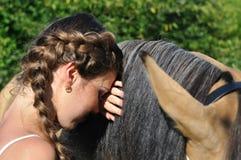 年轻可爱的妇女画象有马的 免版税库存图片