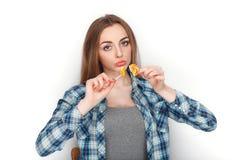 年轻可爱的新鲜的看起来的白肤金发的妇女秀丽画象摆在糖果棒棒糖的蓝色格子花呢上衣的 明确的情感和的脸面护理 库存图片