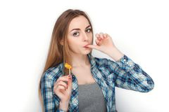 年轻可爱的新鲜的看起来的白肤金发的妇女秀丽画象摆在糖果棒棒糖的蓝色格子花呢上衣的 明确的情感和的脸面护理 免版税库存照片