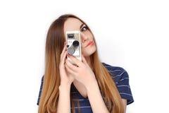 年轻可爱的新鲜的看起来的白肤金发的妇女秀丽画象有葡萄酒的8 mm在蓝色T恤杉的戏院照相机 情感和面部e 免版税库存图片