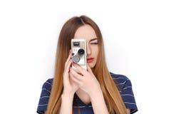年轻可爱的新鲜的看起来的白肤金发的妇女秀丽画象有葡萄酒的8 mm在蓝色T恤杉的戏院照相机 情感和面部e 图库摄影
