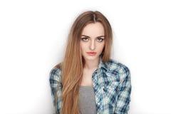 年轻可爱的新鲜的看起来的白肤金发的妇女秀丽画象蓝色格子花呢上衣的 情感和表情概念 库存图片