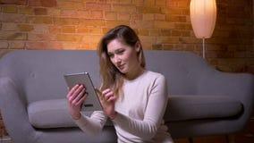 年轻可爱的白种人浅黑肤色的男人特写镜头画象女性使用片剂和显示选址在的绿色屏幕 影视素材