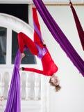 年轻可爱的空气体操运动员执行垂悬在空中丝绸的一锻炼 库存照片