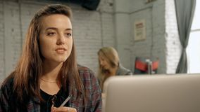年轻可爱的聪明的美国妇女谈话与在视频聊天的专业上司 股票录像