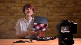 年轻可爱的行家女性录影博客作者放出活和给眼罩一会儿做广告特写镜头射击  免版税图库摄影