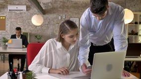 年轻同事在办公室,与技术的网络,运作的概念,事务谈论在片剂的任务 股票视频