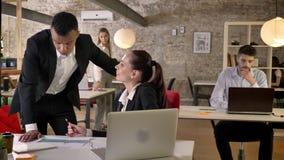 年轻同事在办公室,微笑,与技术的网络,运作的概念,事务谈论图表 影视素材