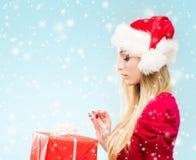 年轻和俏丽的女孩画象 圣诞节概念查出的新的空白年 免版税库存图片