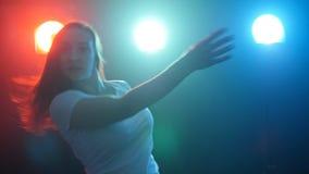 年轻和美丽的妇女现代舞蹈家 股票视频