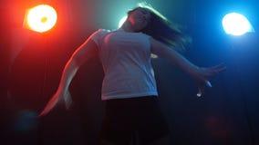 年轻和美丽的妇女现代舞蹈家 股票录像