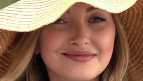 年轻和美丽的妇女 股票视频