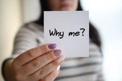 年轻哀伤的女孩显示一个白色贴纸 白种人浅黑肤色的男人藏品 库存照片