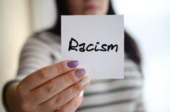 年轻哀伤的女孩显示一个白色贴纸 白种人浅黑肤色的男人藏品 库存图片