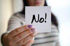 年轻哀伤的女孩显示一个白色贴纸 白种人浅黑肤色的男人藏品 免版税图库摄影