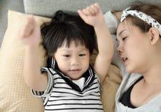 年轻唱歌母亲和的孩子使用和 免版税库存图片