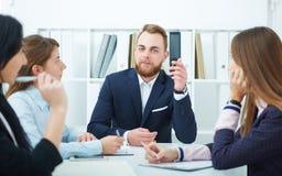 年轻商人在一个会议在办公室 新的起始的概念 免版税库存照片