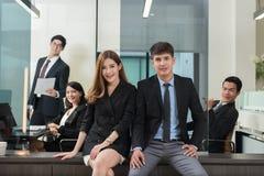 年轻商人小组有会议和工作在办公室我 免版税图库摄影