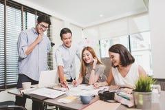 年轻商人小组有会议和工作在室内办公室 免版税图库摄影