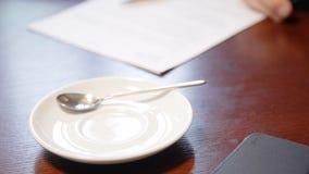 年轻商人研究项目,喝在咖啡馆内部的咖啡 影视素材