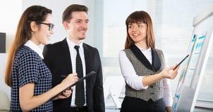 年轻商人谈论一个新的项目在办公室 免版税库存照片