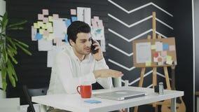 年轻商人谈话在手机和笑 股票视频